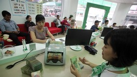 Customers make borrowings at a VPBank's office in Khanh Hoa Province. (Photo: VNA/VNS)