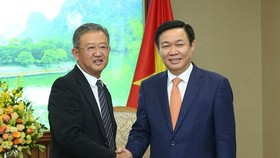 Deputy Prime Minister Vuong Dinh Hue (R) and Ng Keng Hooi, Chief Executive and President of AIA Group Limited (Source: baochinhphu.vn)