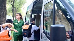 Students of Nguyen Binh Khiem primary school go to school by bus (Photo: SGGP)
