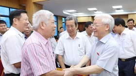 "Party General Secretary Nguyen Phu Trong (right) meeting yesterday with voters in Hanoi, affirmed the Party and State's resolve to conduct a ""no-holds-barred"" crackdown on corruption and negative phenomena. (Photo: VNA/VNS)"