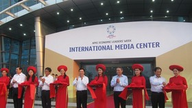 Deputy Prime Minister Pham Binh Minh (centre) and members of the National Asia-Pacific Economic Co-operation (APEC) Committee inaugurate the International Media Centre in Da Nang yesterday. (Photo: VNS)