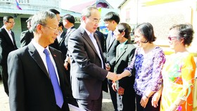 HCMC Party Chief Nguyen Thien Nhan visits Vietnamese Association in Savannakhet province, Laos (Photo: SGGP)