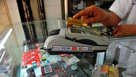 Credit card holders will not be allowed to withdraw cash at card readers of domestic points of sale (POS) from March this year, says the State Bank of Vietnam (SBV) (Photo: tuoitre.vn)