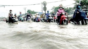 High tide causes street flood in HCMC (Photo: SGGP)