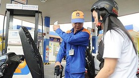 Petrol prices have fallen following a series of hikes. (Photo: news.zing.vn )