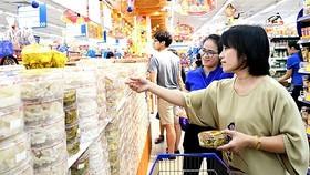 Customers chose jams at a supermarket (Photo: SGGP)