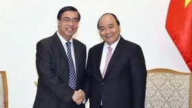 Prime Minister Nguyen Xuan Phuc (R) and Ambassador Nguyen Phu Binh (Source: VNA)