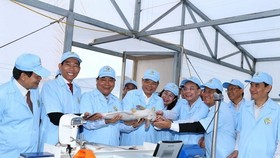 Prime Minister Nguyen Xuan Phuc (third from left) visited a high-tech tra fish farm in An Giang province on December 14 (Photo: VNA)