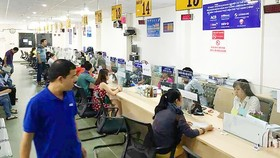 Employees at the HCMC Department of Planning and Investment solve business establishment procedures for residents (Photo: SGGP)
