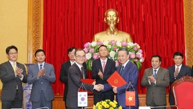 Vietnam's Ministry of Public Security and the RoK Supreme Prosecutors' Office sign a memorandum of understanding (MoU) on cooperation in the prevention and combat of cross-border crimes (Photo: VNA)
