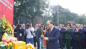 Prime Minister Nguyen Xuan Phuc offers incense at the event (Photo: VNA)