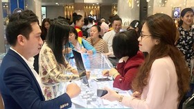 Customers buy gold products ahead of the Day of the God of Wealth at a gold store in Ho Chi Minh City. (Photo: SGGP)