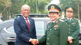 Minister of National Defence General Ngo Xuan Lich (right) receives Philippine Secretary of National Defence Delfin Lorenzana in Hanoi on Monday. (Photo: SGGP)