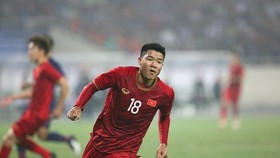 Ha Duc Chinh (number 18) scores the first goal for Vietnam (Source: VNA)