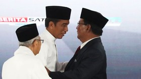 Indonesian President Joko Widodo (second from left), and presidential candidate Prabowo Subianto after their last presidential debate in Jakarta on April 13 (Source: asia.nikkei.com)