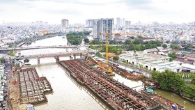 The construction site of an item to prevent tidal water from the Saigon river from entering Te, Doi, Tau Hu and Ben Nghe canals (Photo: SGGP)