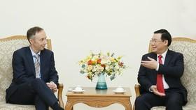 Deputy Prime Minister Vuong Dinh Hue (R) and Nike Vice President Chris Helzer (Photo: VNA)