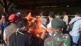 Bodies of the victim are brought on shore (Photo: AFP)