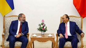 Prime Minister Nguyen Xuan Phuc (R) and his Armenian counterpart Nikol Pashinyan (Photo: VNA)