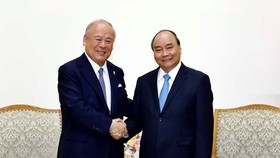 Prime Minister Nguyen Xuan Phuc (R) and special advisor to the Japan-Vietnam Friendship Parliamentary Alliance Tsutomu Takebe (Photo: VNA)
