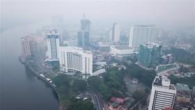Smog covers Kuching in Sarawak state of Malaysia's Borneo island (Photo: AFP/VNA)