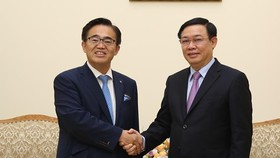 Deputy Prime Minister Vuong Dinh Hue (R) receives Governor of Japan's Aichi prefecture Omura Hideaki in Hanoi on September 12 (Photo: Vietnam Government Portal)