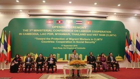 Cambodian Prime Minister Hun Sen (C) and delegates from the CLMTV countries at the opening ceremony (Photo: VNA)