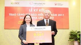 Bà Nguyễn Nhã Ngọc Trâm Anh, Phó Tổng giám đốc  Điều hành Công ty TNHH Bảo hiểm Hanwha Life Việt Nam,  tặng thẻ BHYT cho Hội Bảo trợ bệnh nhân nghèo TPHCM năm 2017
