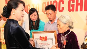 Chủ tịch Quốc hội Nguyễn Thị Kim Ngân trao bằng cho các thân nhân liệt sĩ