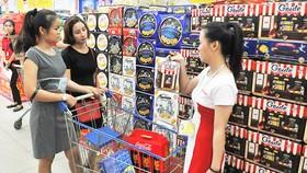 Mua hàng tại một siêu thị trong nước