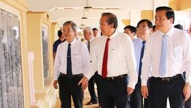 Phó Thủ tướng Thường trực Chính phủ - Trương Hòa Bình tham quan khu di tích. Ảnh: Báo Long An