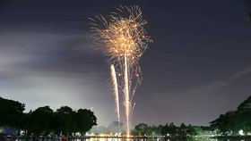 Bắn pháo hoa tại công viên Đầm Sen. Ảnh: DŨNG PHƯƠNG