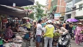 Khó kiểm soát thực phẩm ở chợ tự phát