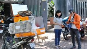 Nhận hàng mua siêu thị online Vuivui.com         Ảnh: CAO THĂNG