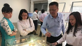Người dân tham gia góp ý tại triển lãm phương án thiết kế xây dựng mở rộng và nâng cấp trụ sở HĐND và UBND TPHCM.  Ảnh: Huy Anh