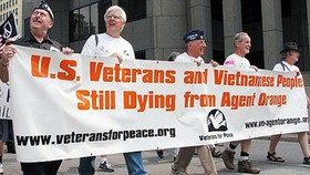 """Cựu chiến binh Mỹ biểu tình chống Monsanto với khẩu hiệu """"Cựu binh Mỹ và người Việt Nam  vẫn đang bị chết từ chất độc da cam"""""""