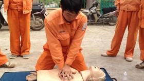 Với nạn nhân không có dấu hiệu thở, cần tiến hành hô hấp nhân tạo bằng cách hà hơi thổi ngạt và ép tim ngoài lồng ngực. Ảnh minh họa