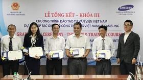 Trao chứng nhận cho các học viên khóa đào tạo chuyên gia tư vấn công nghiệp hỗ trợ  tại TPHCM