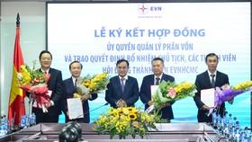 Ông Lê Văn Phước (thứ hai từ trái sang), được bổ nhiệm giữ chức vụ Chủ tịch HĐTV và ông Phạm Quốc Bảo (thứ hai từ phải sang) được bổ nhiệm giữ chức vụ Thành viên HĐTV, kiêm Tổng giám đốc EVNHCMC  