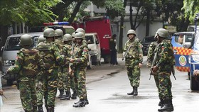 Binh sĩ Bangladesh tuần tra tại thủ đô Dhaka. Ảnh: AFP/TTXVN