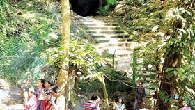 Du khách  đến hang Tham Luang