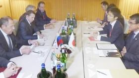 Ngoại trưởng Nhật Taro Kono (bìa phải) trong một lần gặp gỡ với người đồng cấp Nga Lavrov tại Rome. Ảnh: Kyodo.