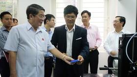 Đại diện Viện Công nghệ nano (ĐH Quốc gia TPHCM)  giới thiệu thiết bị quan trắc, cảnh báo xâm nhập mặn  đã chuyển giao ứng dụng cho tỉnh Bến Tre và Trà Vinh