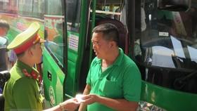 Công an kiểm tra tài xế ở Bến xe Miền Đông. Ảnh: Hoàng Hải/TTXVN