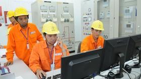 Vận hành trạm biến áp bảo đảm cung ứng điện cho người dân.  Ảnh: CAO THĂNG