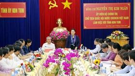 Chủ tịch Quốc hội Nguyễn Thị Kim Ngân và Đoàn công tác đã làm việc với lãnh đạo chủ chốt tỉnh Kon Tum. Ảnh: Trọng Đức/TTXVN