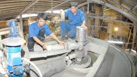 Xử lý nước thải tại doanh nghiệp sản xuất giấy, bao bì. Ảnh: CAO THĂNG
