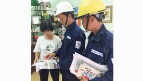 Nhân viên EVNHCMC tuyên truyền về sử dụng điện an toàn,  tiết kiệm