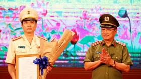 Thứ trưởng Công an Nguyễn Văn Thành trao quyết định của Bộ trưởng Công an bổ nhiệm Giám đốc Công an tỉnh Bình Dương cho Đại tá Trịnh Ngọc Quyên