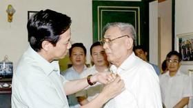 Đồng chí Đồng Sỹ Nguyên được trao tặng Huy hiệu 75 năm tuổi Đảng.  Ảnh: Văn phòng Chính phủ